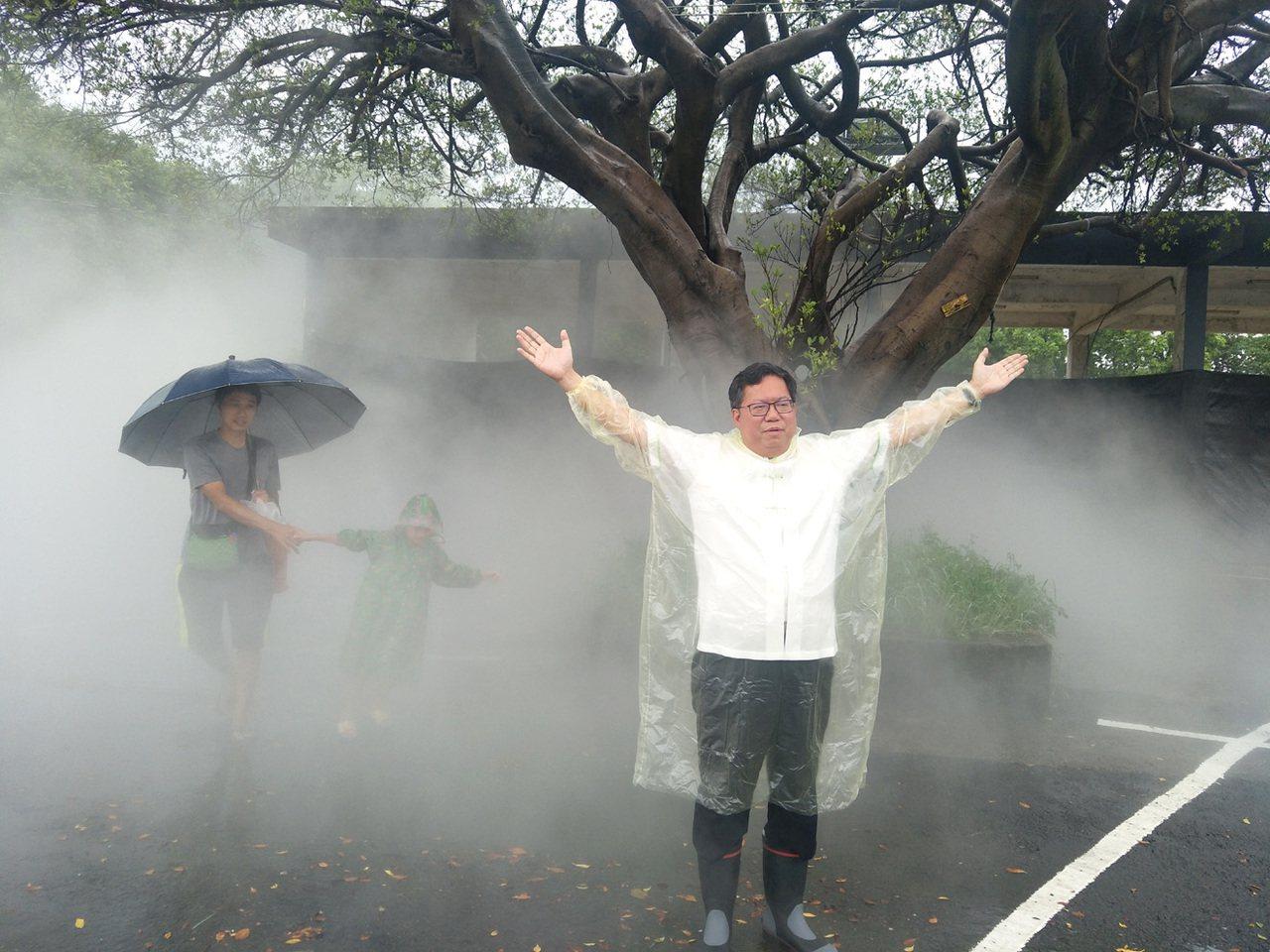 桃園市長鄭文燦(右)視察八德大湳森林公園藝術作品,在作品前,與民眾親子一起體驗感...