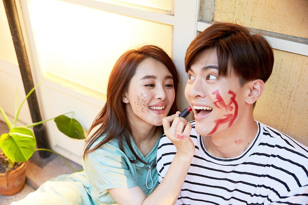習譜予(左)邀來BL劇「圈套」男主角吳承洋在MV談情說愛。圖/大藝未來提供