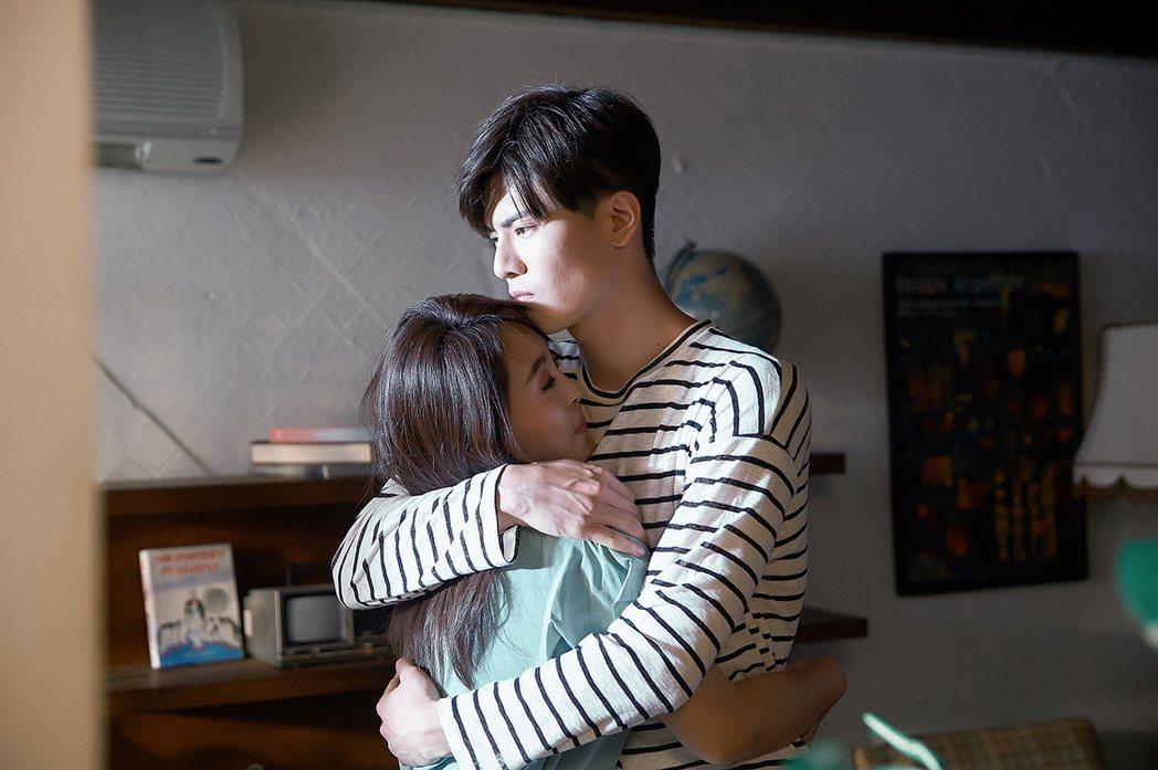 習譜予(左)跟吳承洋在MV中有不少擁抱戲。圖/大藝未來提供
