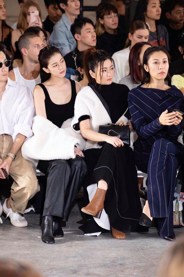 Selina日前才與妹妹任容萱(左一)征戰紐約時裝周  。圖/摘自臉書