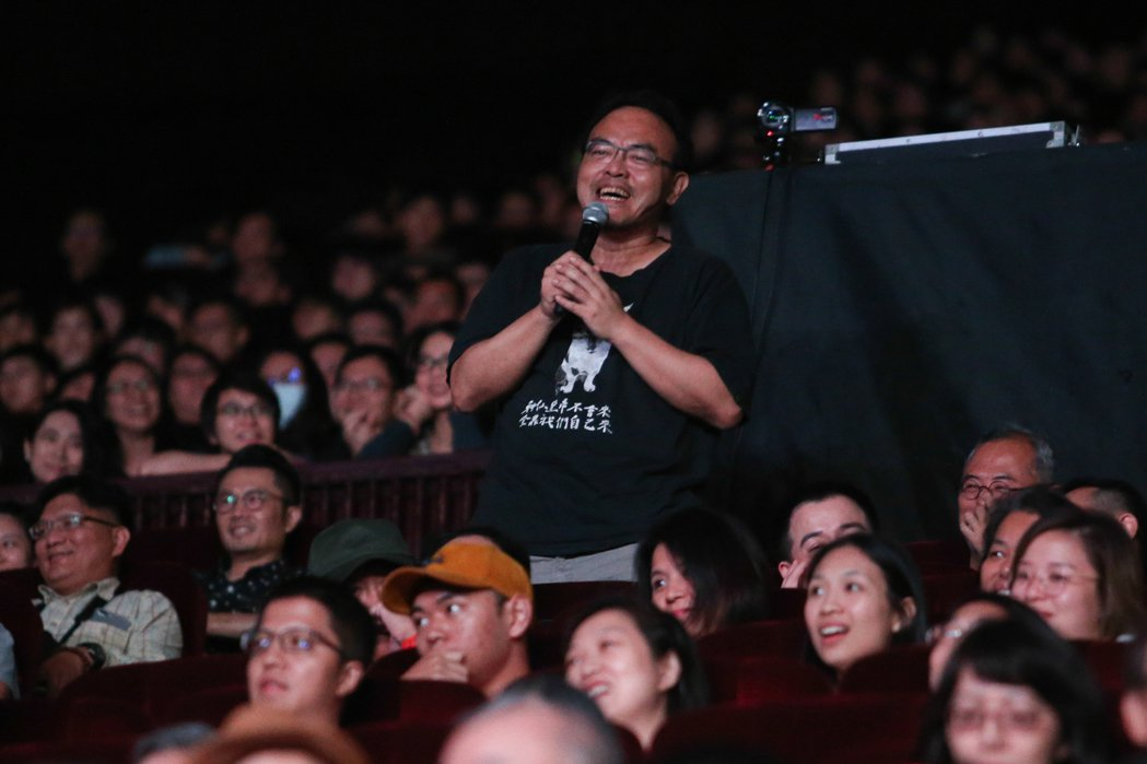 作家駱以軍今天出席雷光夏《昨天晚上我遇見你》演唱會。記者葉信菉/攝影