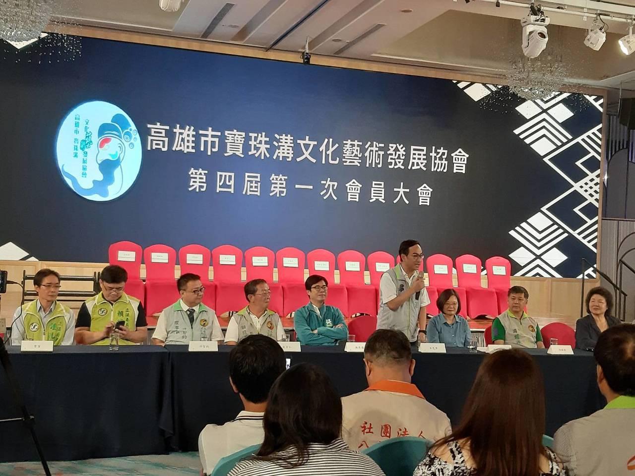 總統蔡英文(右三)今天下午到漢神巨蛋出席藝術協會的會員大會。圖/高雄市寶珠溝文化...