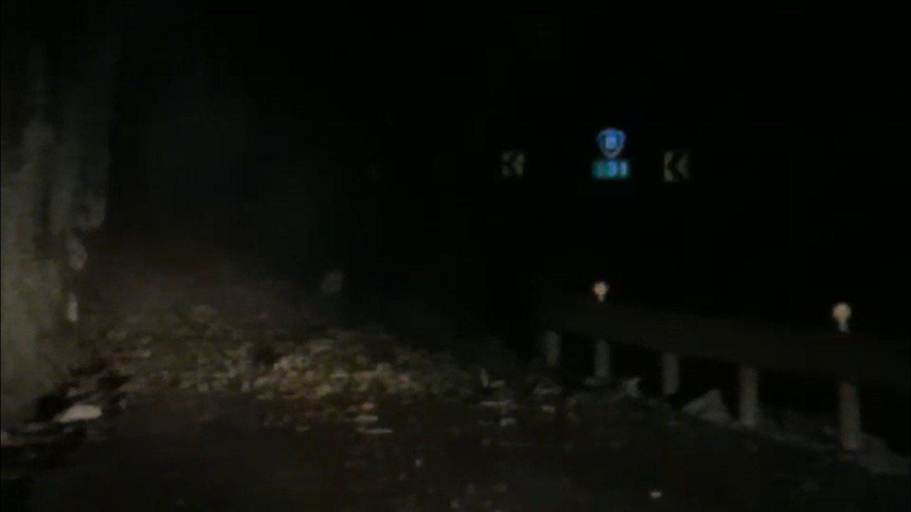 今日晚間台8線131K仍有落石掉落情形,8.5公尺寬幅路面全被落石覆蓋。圖/新城...