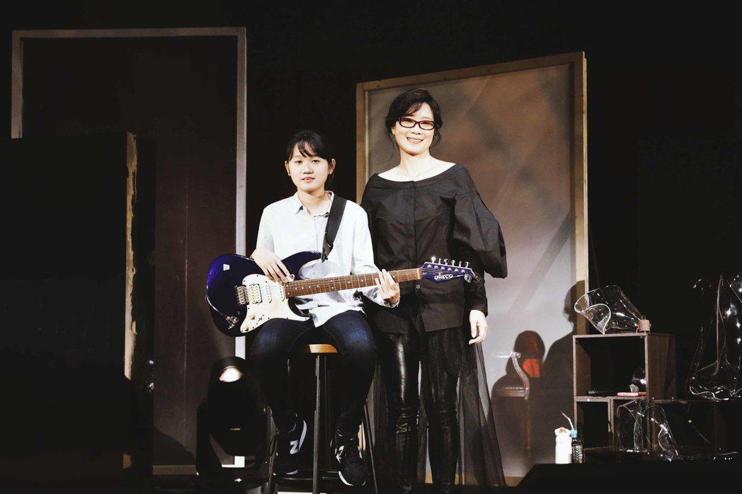 雷光夏(右)與外甥女小米合作演出。圖/聯成娛樂提供