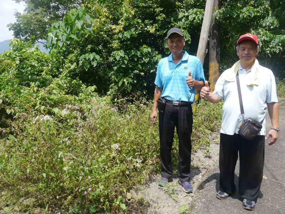高市六龜區中興里長王茗洋(左)與社區居民推動蝴蝶保育工作,身旁的蝴蝶蜜源植物就是社區居民合力栽種的成果。記者徐白櫻/攝影