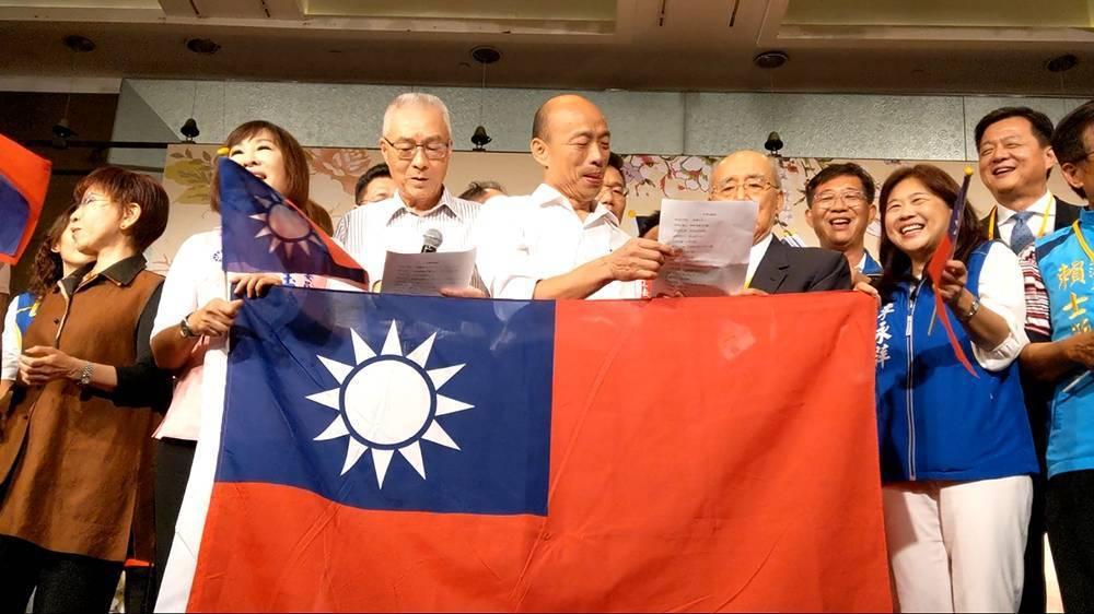 國民黨今天舉辦「大陸台商秋節聯誼茶會」,大家一起合唱「你是我的兄弟」。記者劉宛琳...