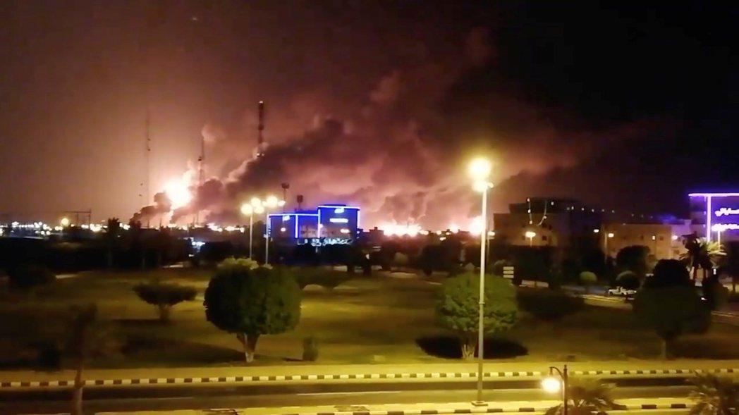 沙國東部阿布蓋格市的煉油廠14日遭攻擊,引發熊熊大火。 (路透)