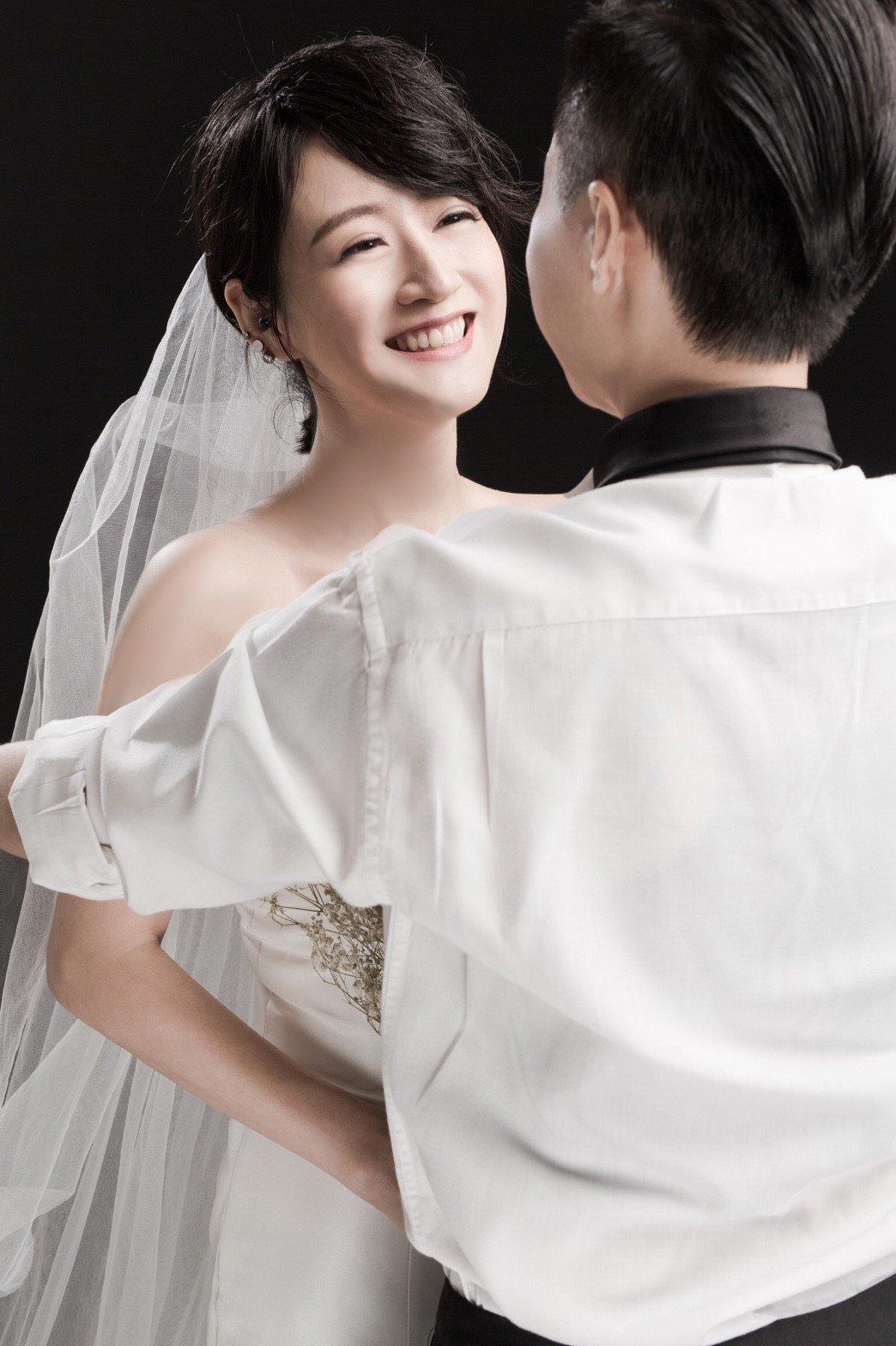 國軍首次舉辦同性婚禮,濱小步最怕的不是要相吻九十九秒,而是婚後的「幸福肥」來不及...