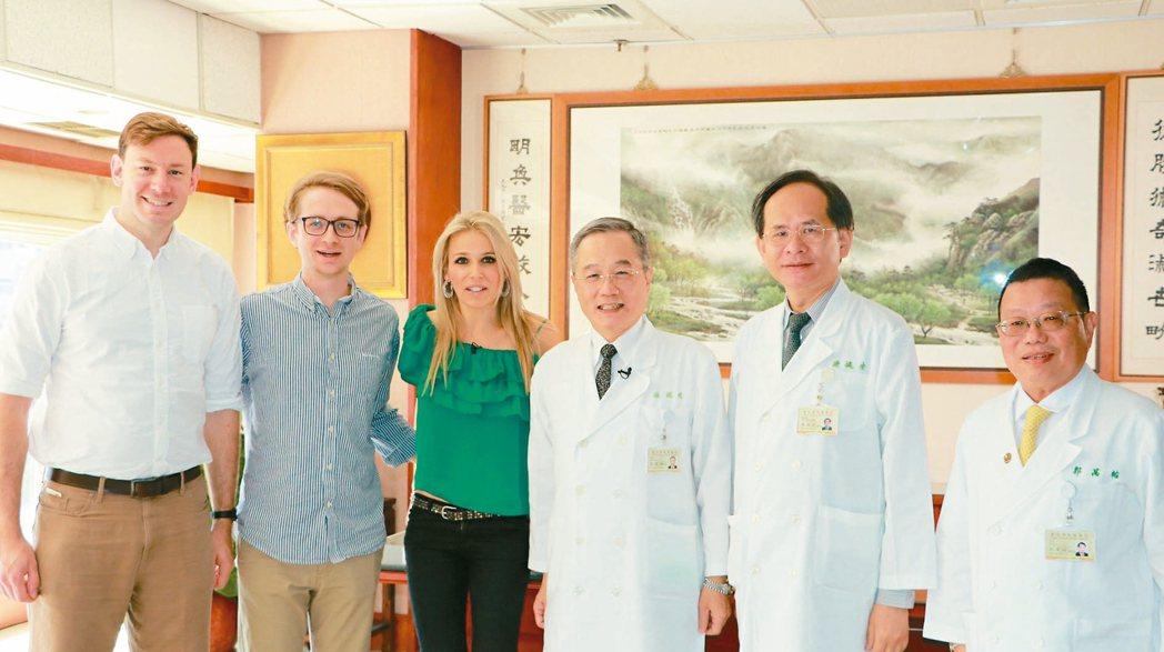 英國BBC團隊赴台北榮總製作AI醫療專題,採訪北榮院長張德明(右起)、副院長陳適...