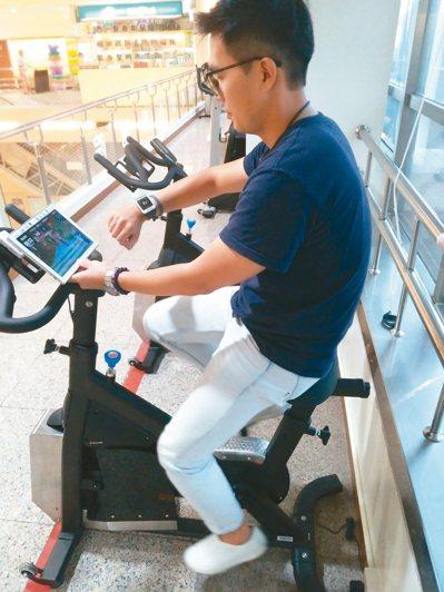 高雄小港醫院設立智能飛輪,騎乘過程記錄心跳、耗氧量等數據提供參考。 圖/高醫體系...
