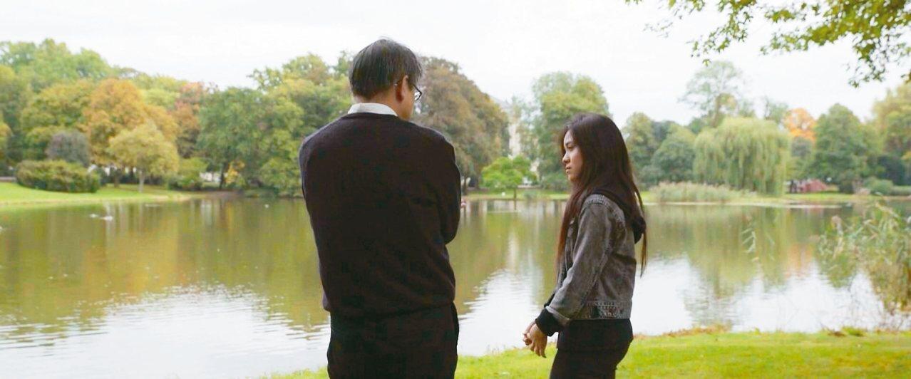 楊照(左)和女兒什麼都聊。 圖/李其叡提供