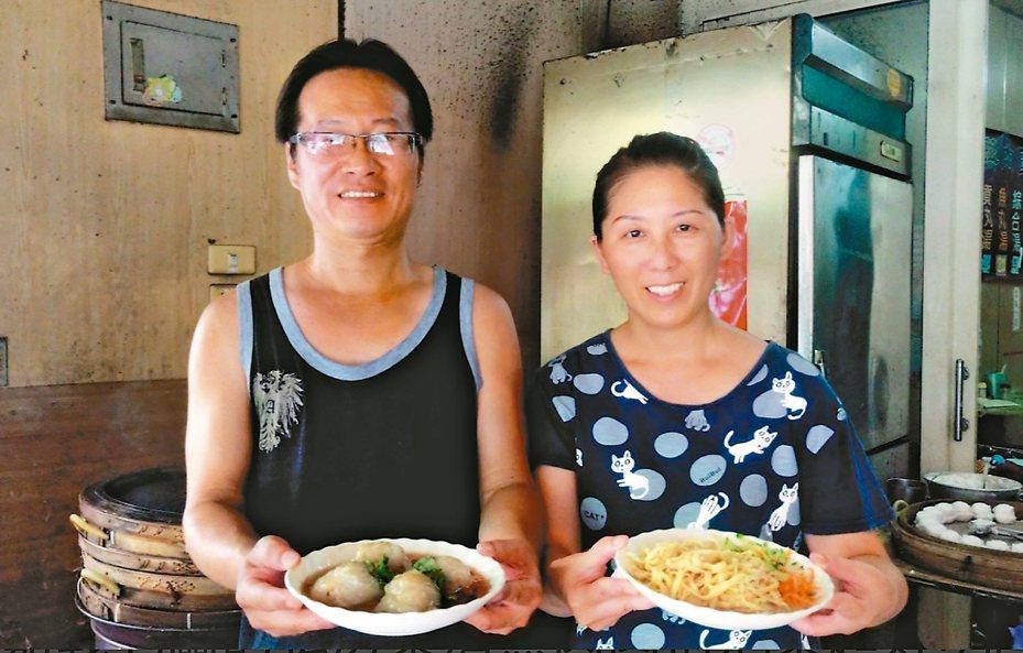 郭同毅(左)、劉薰璟白天賣清蒸肉圓,下班就到消防隊擔任義消、志工。 記者卜敏正/攝影