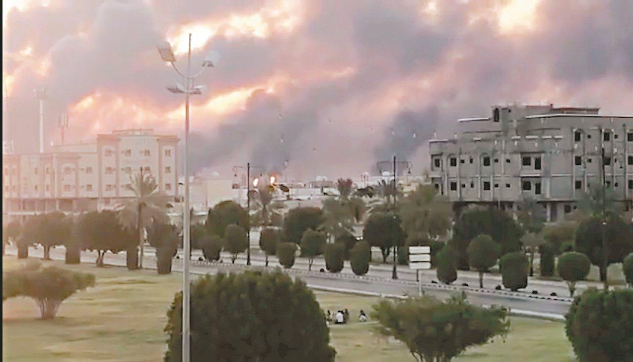 沙烏地石油公司在阿布蓋格的煉油廠十四日遭葉門叛軍無人機攻擊,社群媒體照片顯示濃煙...