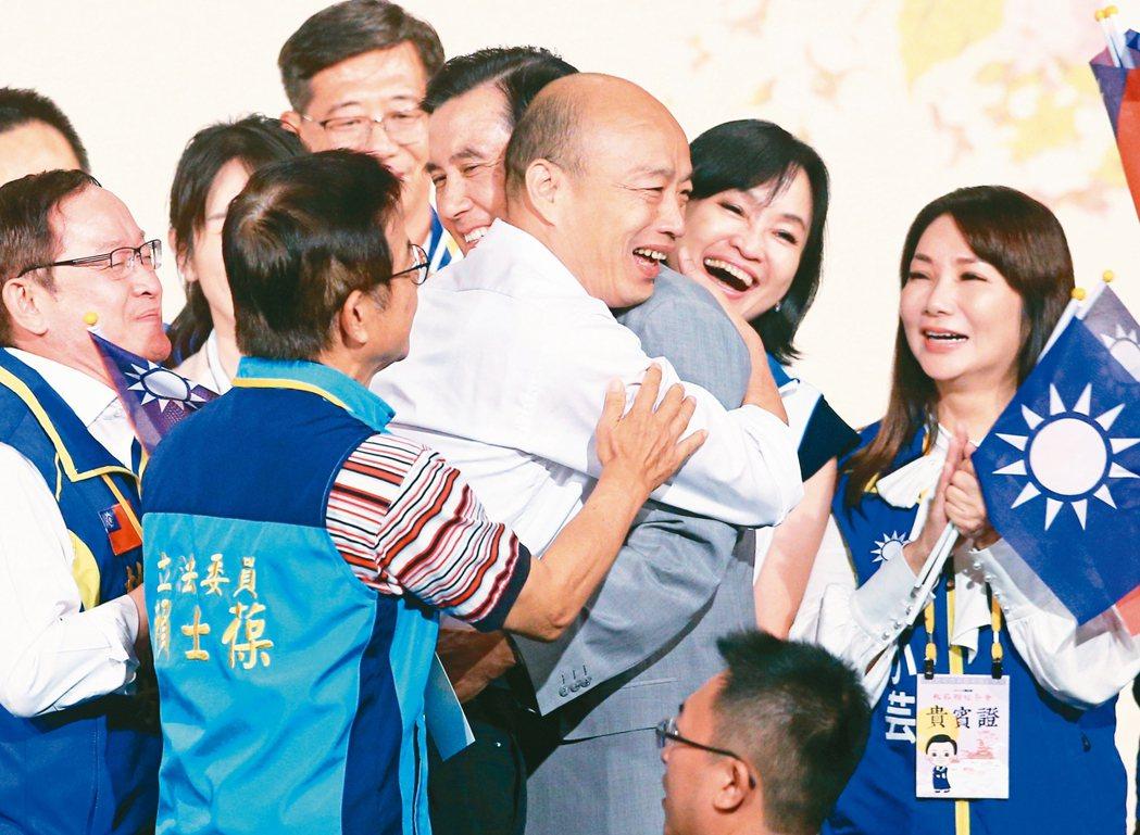 國民黨總統參選人韓國瑜昨天提早出席「大陸台商秋節聯誼茶會」等待前總統馬英九,並在...