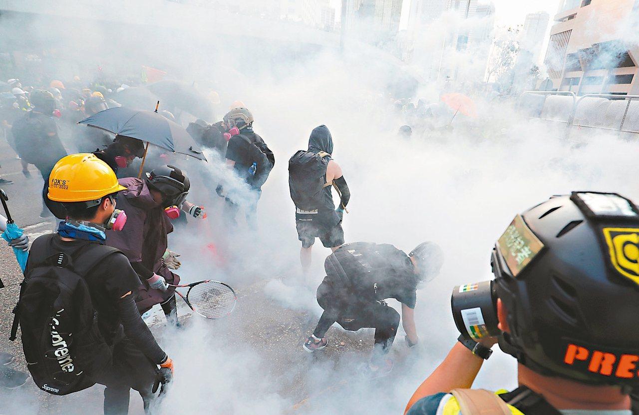 香港反送中示威者昨天聚集香港政府總部,警方施放催淚煙驅離。 (路透)