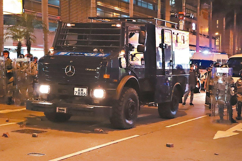香港警察昨晚在金鐘政府總部外清場,防暴警察也動用裝甲車。 (中央社)
