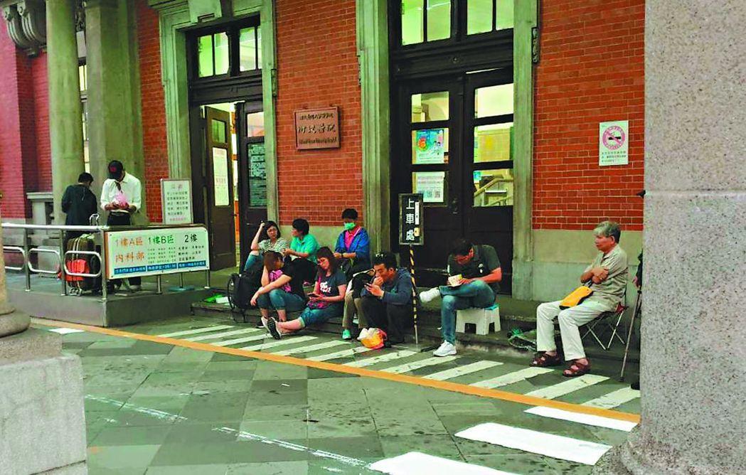 清晨五點,天還沒有亮,在台大門診前已有人等著抽掛號號碼牌。記者魏忻忻/攝影