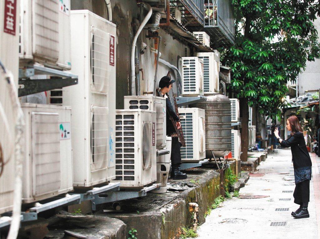 電價費率審議委員會預計九月十八日召開,十月電價「凍漲」的可能性高。圖為台北巷弄內...