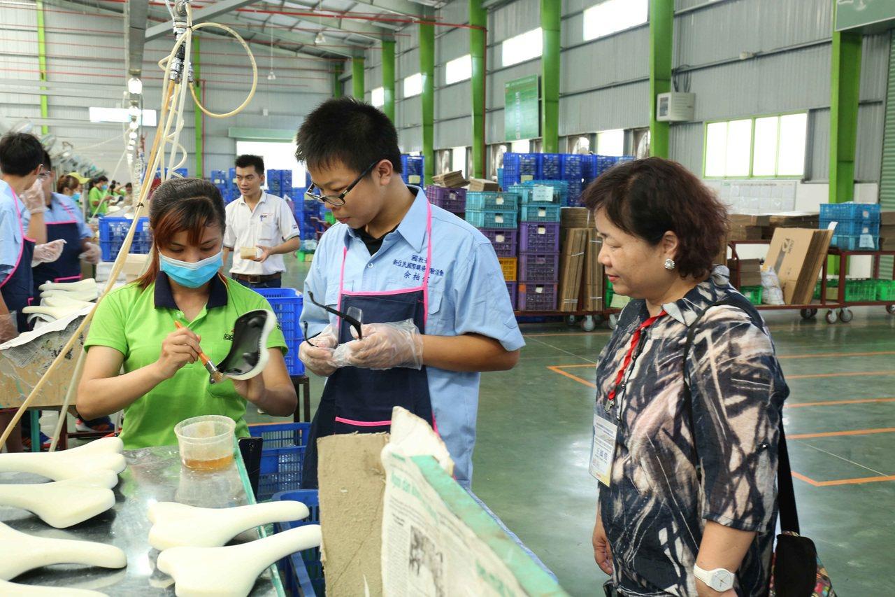 教育部每年暑假補助新住民二代高職生到東南亞,進入台商工廠職場體驗,學生看到將來出...