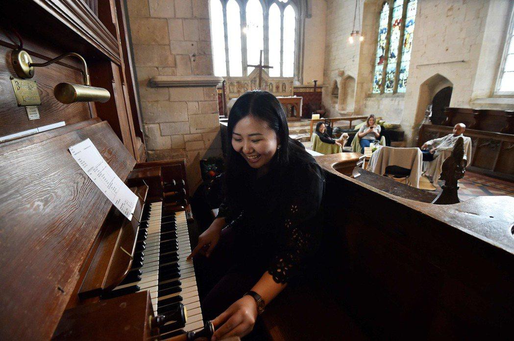 聖瑪莉教堂內的管風琴也提供訪客任意使用,日本女大生小野加繪用教堂管風琴任意彈奏歌...