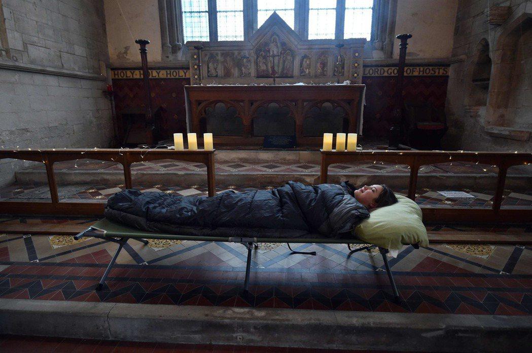 教堂會提供行軍床或睡袋,讓訪客真正睡在一個古老的空間。 (法新社)