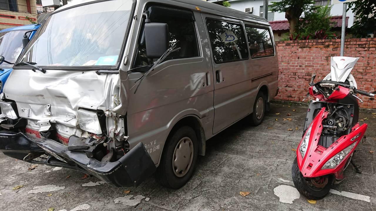 江姓騎士昨載友人在嘉義新港路段,與廂型車相撞,廂型車車頭受損、機車車體變形。記者...
