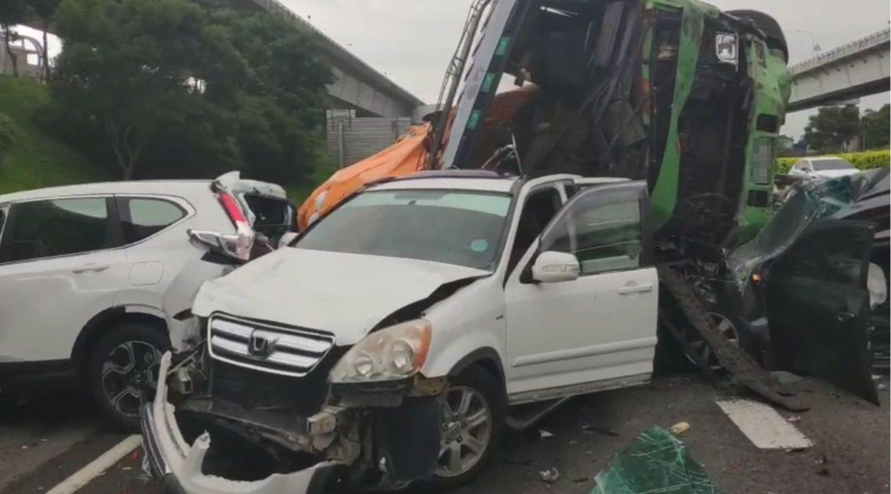國一42點多公里發生大小車輛連環大車禍。記者曾增勳/翻攝