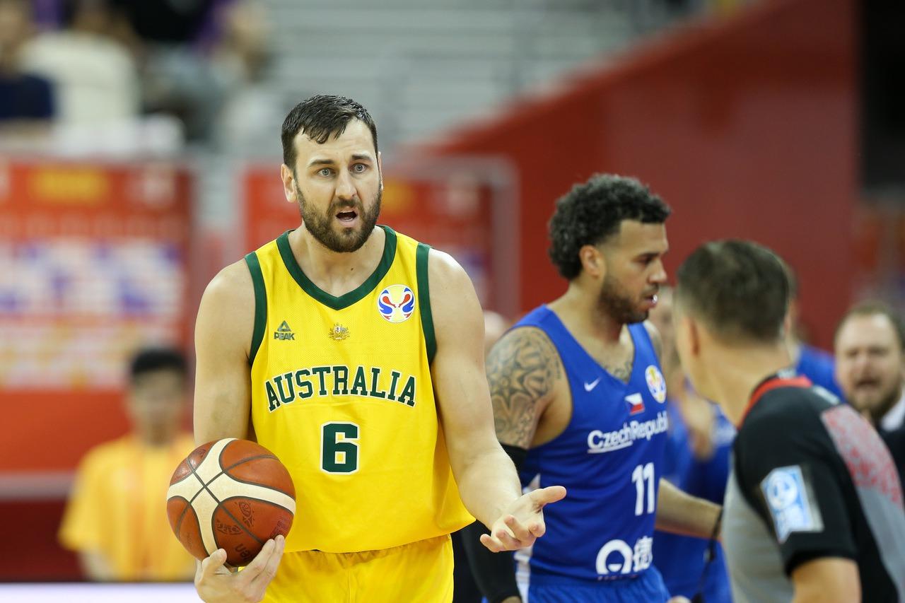 澳洲中鋒伯加特日前對裁判比「數錢」手勢,暗指裁判偏袒對手,國際籃球總會(FIBA...