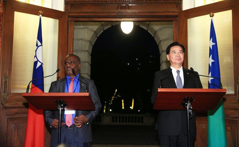 圖為之前外交部長吳釗燮(右)與索羅門外交部長長馬內列(左)舉行媒體見面會。聯合報系資料照片/記者陳正興攝影