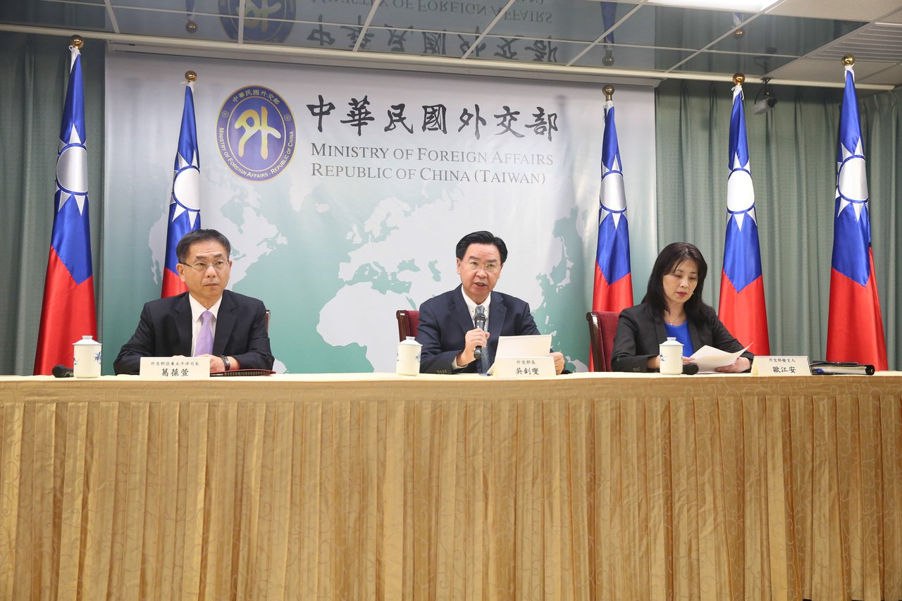 外交部部長吳釗燮(中)昨天開記者會宣布與太平洋友邦索羅門斷交,並表示將會負起政治...