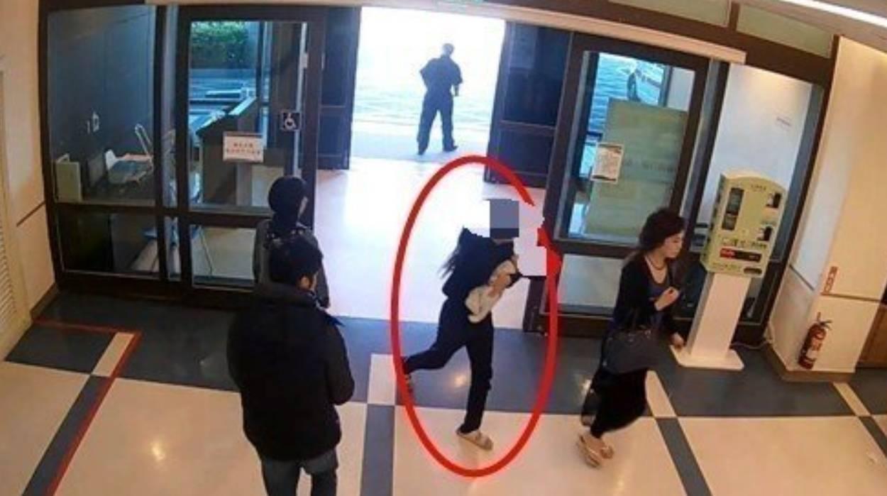 吳女急忙抱著女嬰到醫院急診,最後仍搶救無效。 圖/宜蘭警分局提供