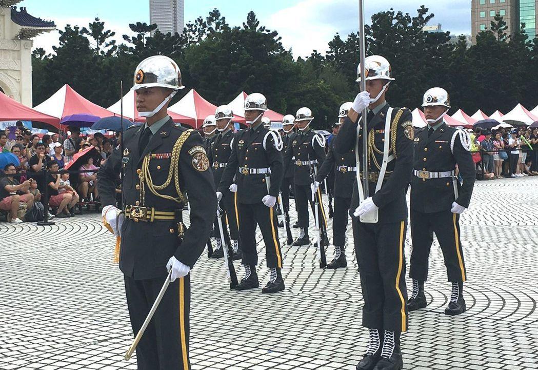三軍儀隊左胸口袋上方,原本是「陸(海、空)軍儀隊」的紅底金字長方形徽章,如今卻掛...