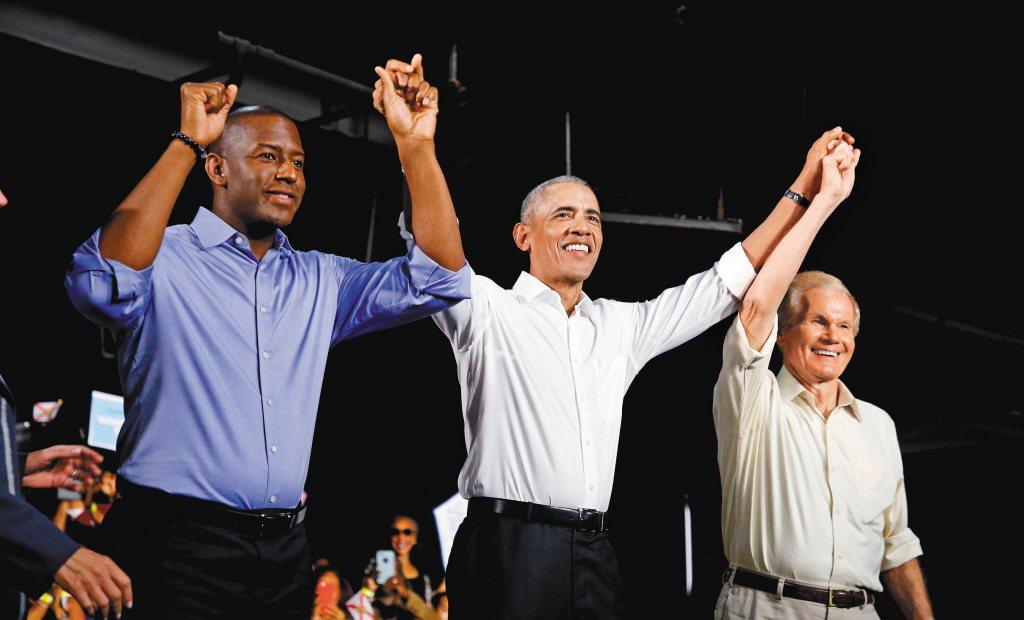 美國前總統歐巴馬(中)也是捲袖高手。 (路透)