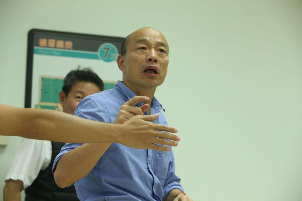 襯衫捲袖,是韓國瑜的招牌造型。 圖/聯合報系資料照片