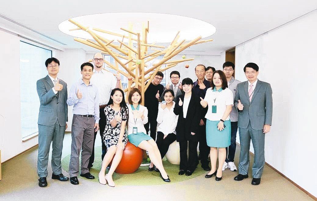 玉山銀行副數金長溫學華(前排右一)與參賽的新創團隊合影。 毛洪霖/攝影