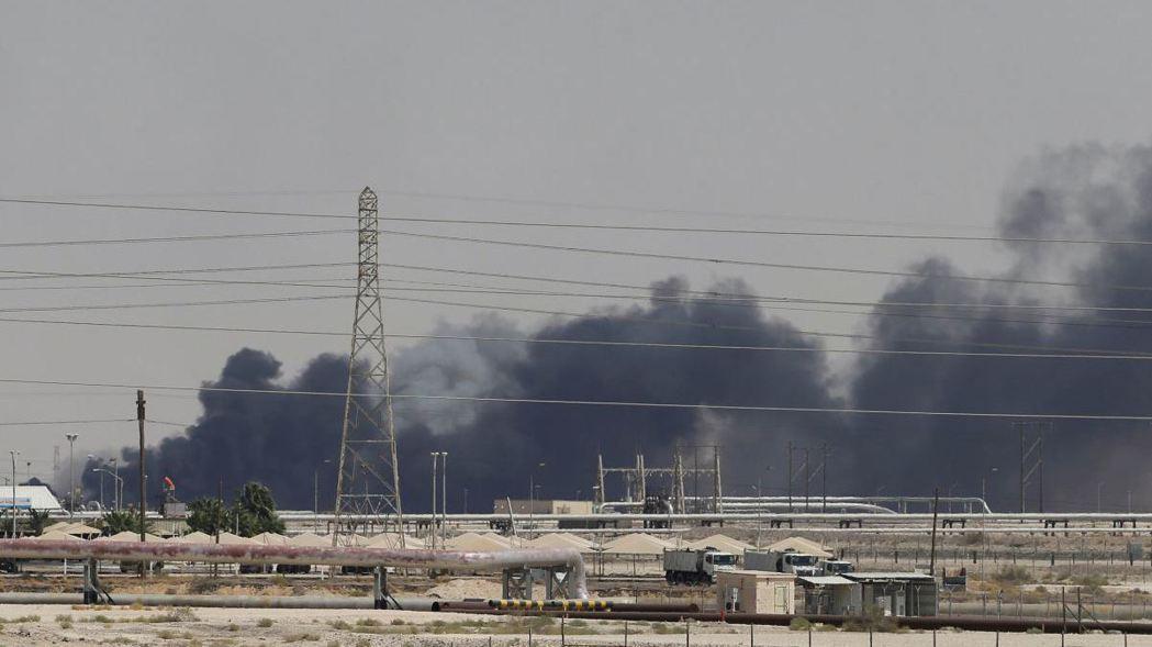衛星圖像顯示沙烏地阿拉伯石油設施14日明顯遭襲。 (路透)