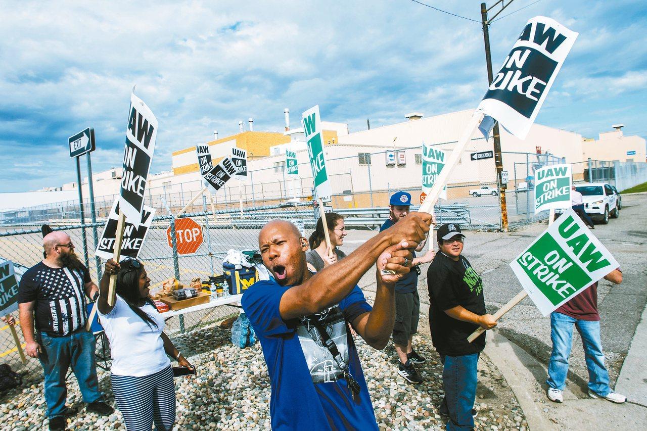 圖為密西根州的通用汽車廠工人15日加入罷工行列。 美聯社