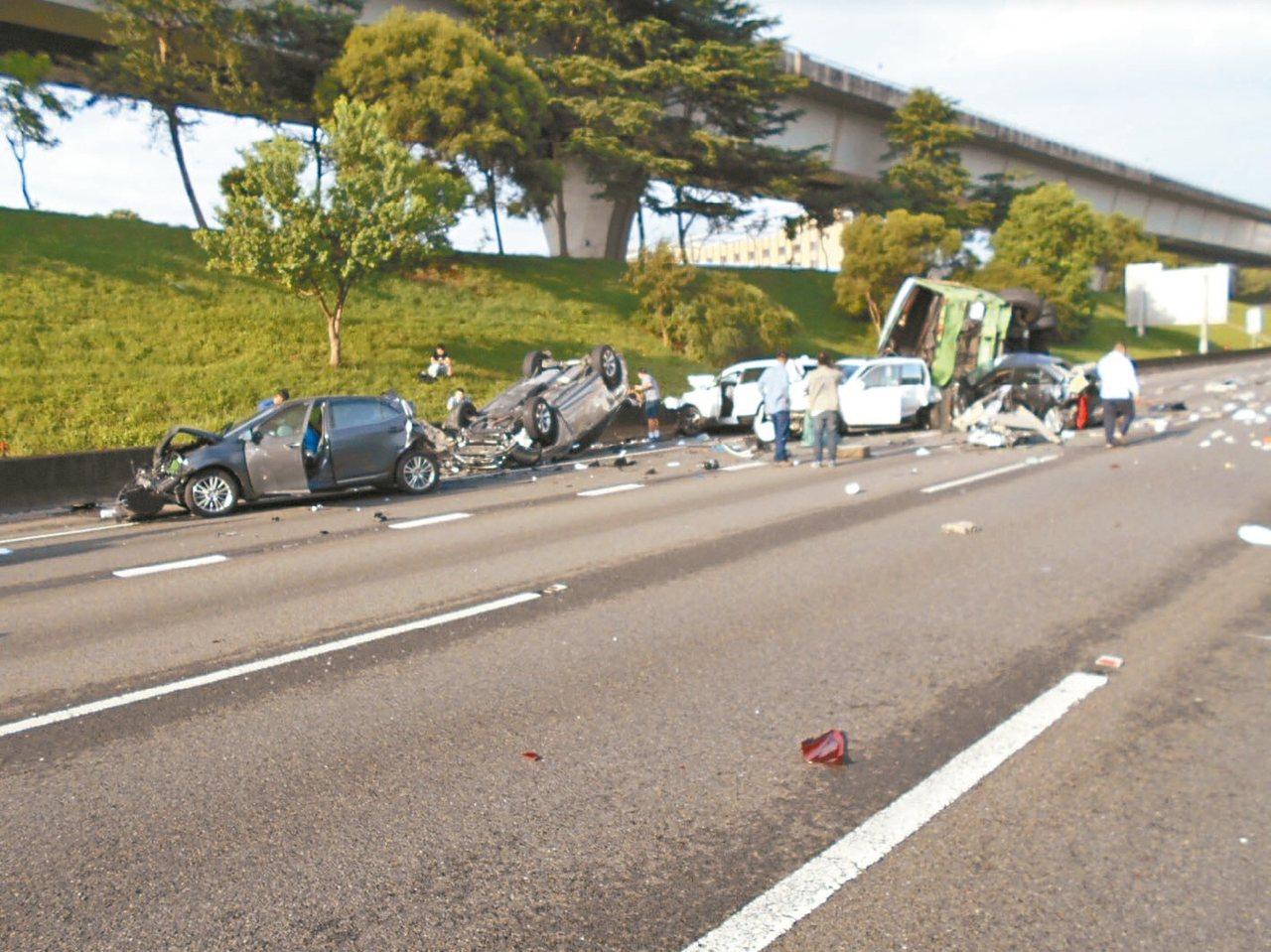 國道一號北上林口路段42.3公里處,今天上午九車連環撞。 圖/國道警方提供