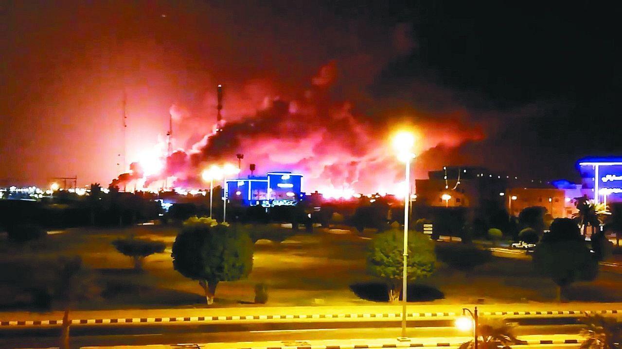 沙烏地阿拉伯國家石油公司阿布蓋格煉油廠及胡拉伊斯油田,14日遭無人機攻擊,導致原...
