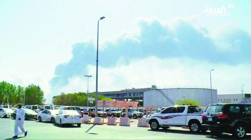 沙烏地阿拉伯國家石油公司兩處設施遭無人機攻擊,導致原油產量大減570萬桶。圖為阿布蓋煉油廠冒出陣陣黑煙。 美聯社