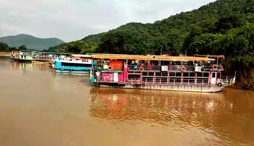 一艘觀光船昨天在印度戈達瓦里河(Godavari River)翻覆,造成至少12...