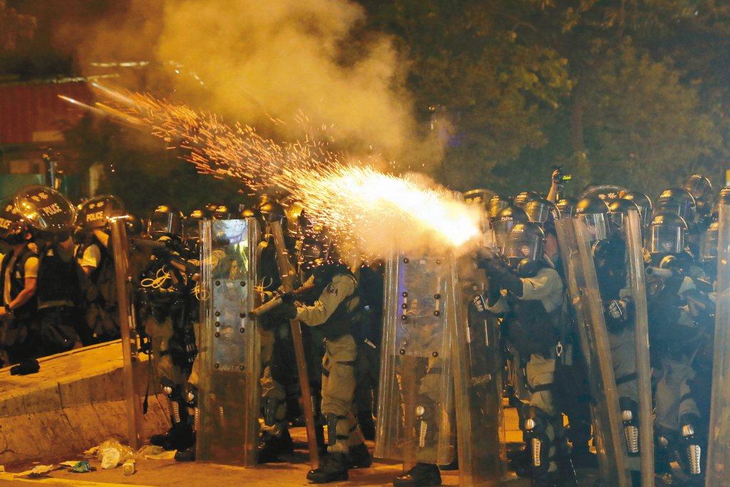 圖為香港警方與反送中民眾對抗情形。 美聯社