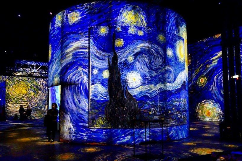 巴黎「光之博物館」即日起年底,透過140台最先進的雷射投影機,呈示出荷蘭後印象派...