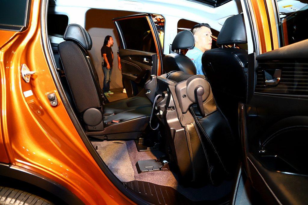 「一鍵翻折」功能,分別可透過手機或車上12吋大螢幕一鍵操控,將第二排椅輕鬆收折,...