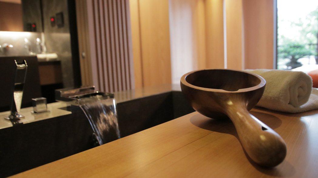 泉月樓每間房間,都特別設置可容納兩人的科技湯泉,溫泉採用的是日本引進的科技湯泉技...