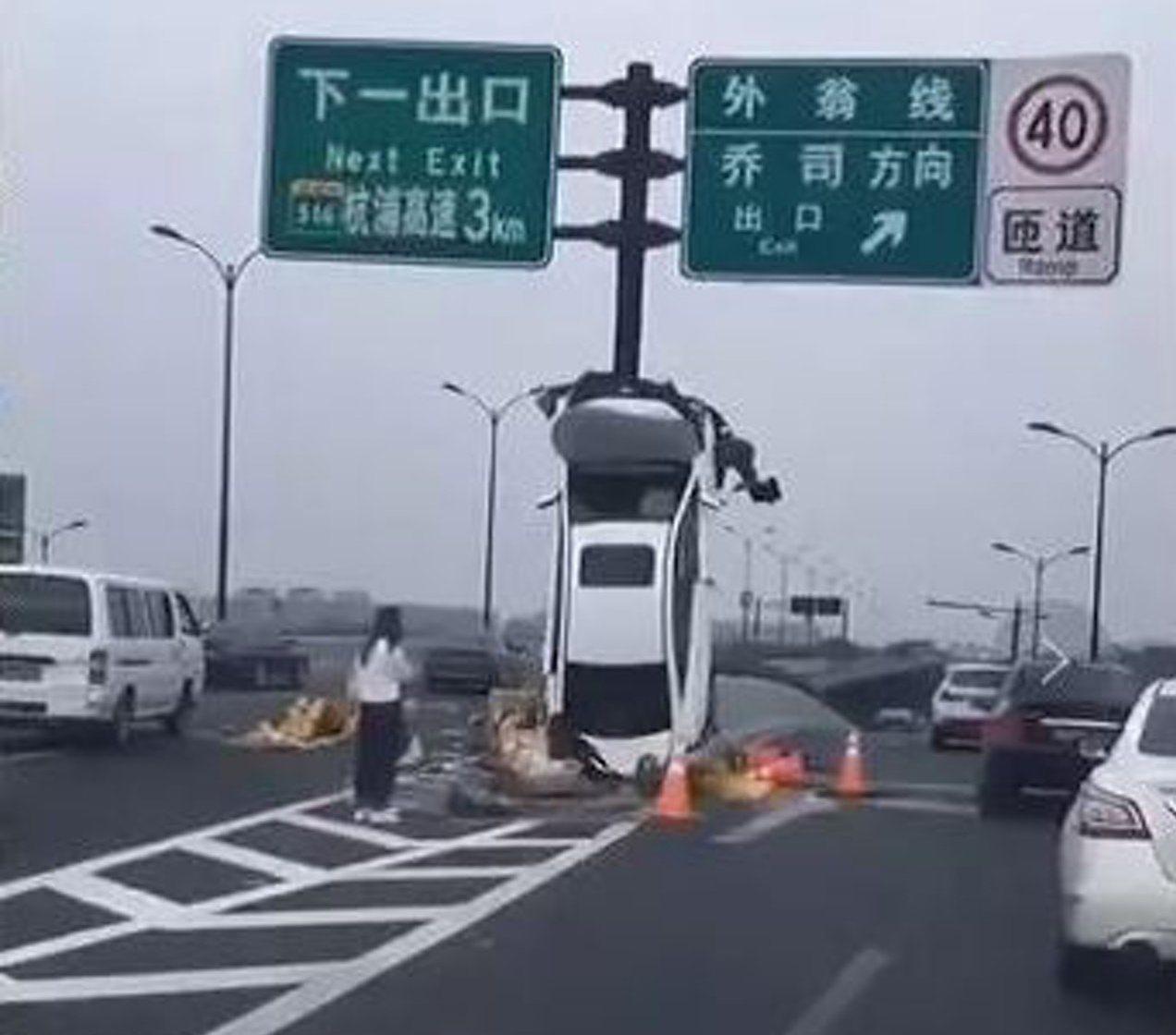 浙江杭州一輛轎車失事撞向道路標誌桿。 圖/翻攝自Youtube