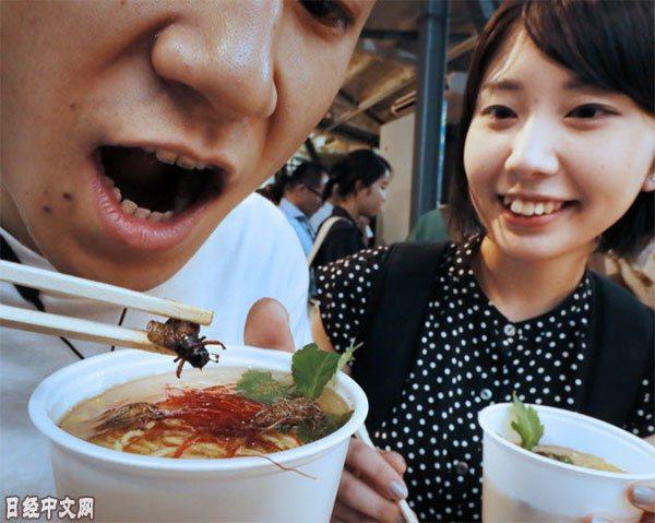 湯底和澆頭使用蟋蟀烹製的「蟋蟀拉麵」(東京都澀谷區) 取自日經中文網