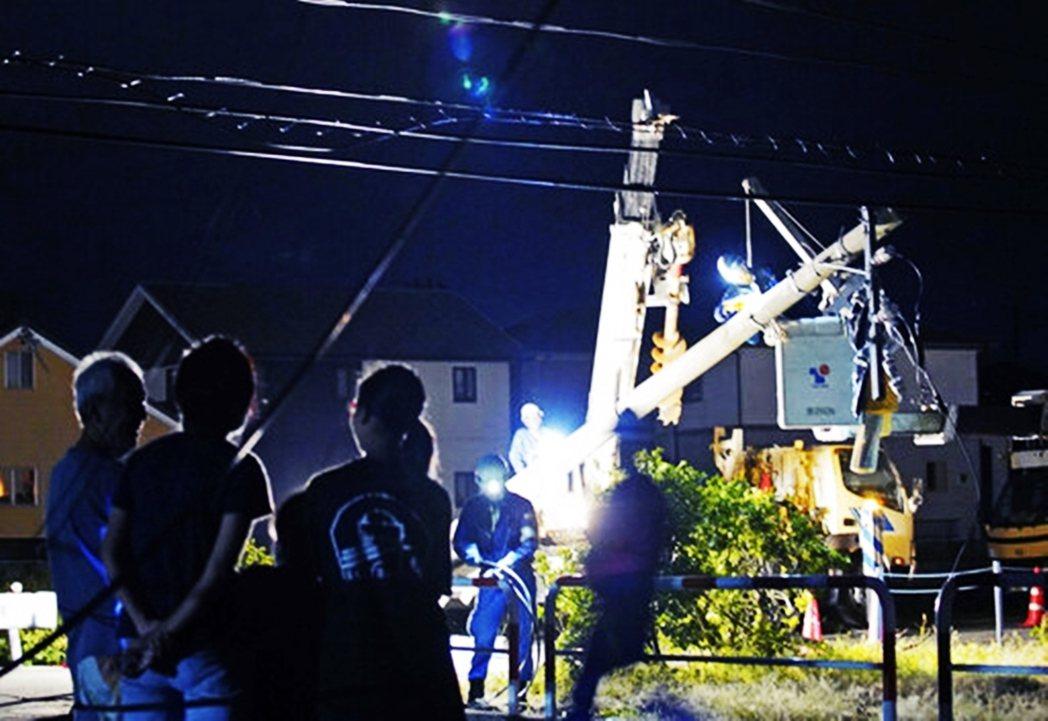 同時已有其他區域緩慢復電,但15日在千葉市的川戶町,卻又因此傳出因為突然復電後導...