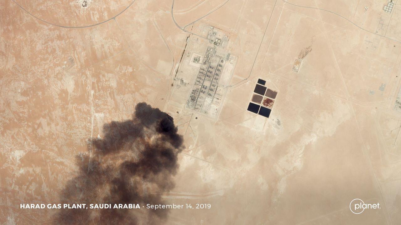 衛星圖像顯示沙烏地阿拉伯石油設施14日明顯遭襲。路透
