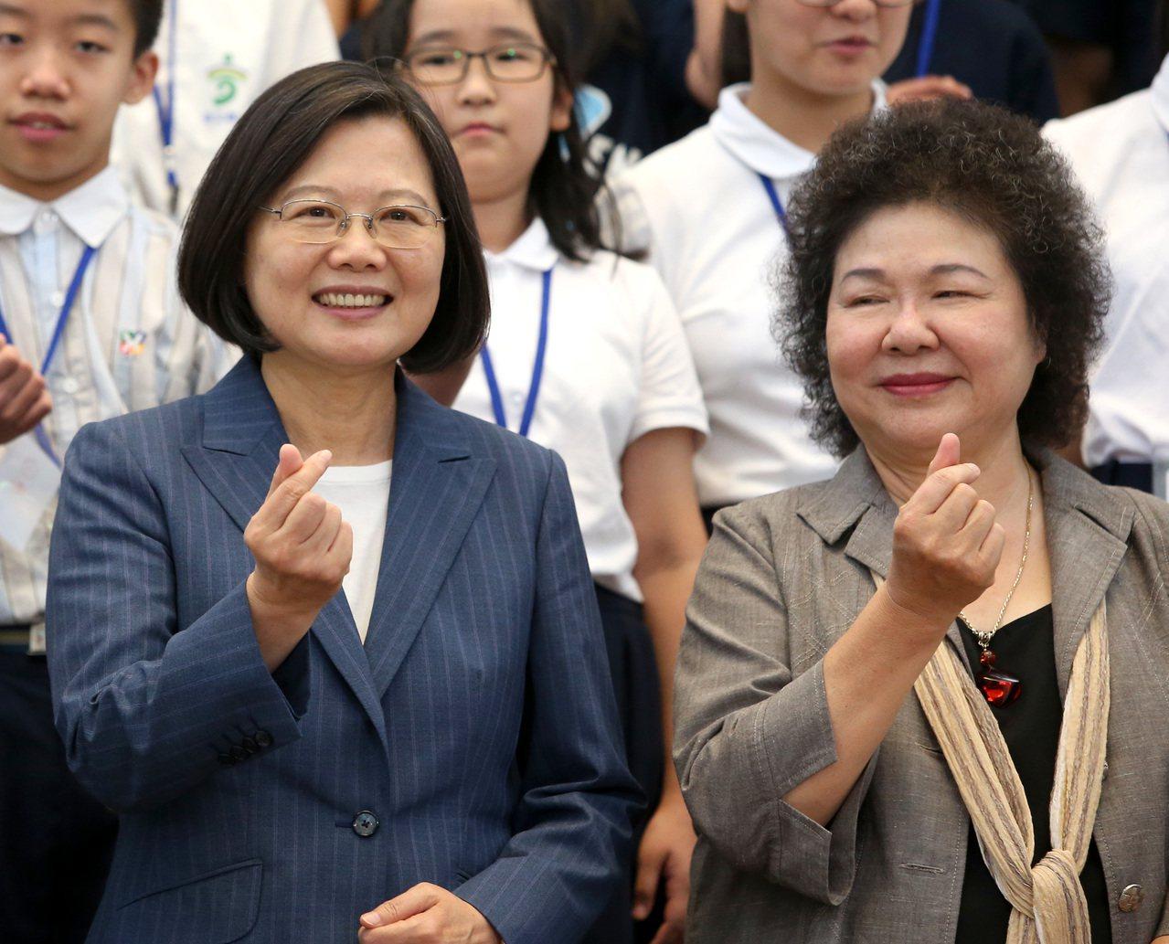 蔡英文總統(左)昨天與總統府秘書長陳菊(右)到高雄。本報資料照片